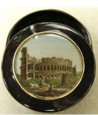 Snuff box, made of tortoise shell with a micromosaic representing the Colosseum mounted in a gold fr