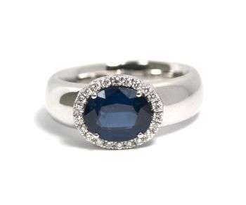 Sapphire with white gold ring - oval faceted cut - with an entourage of 22 brilliant cut diamonds by Puck Eigenmann