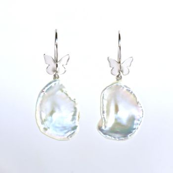 Earrings, white gold with butterflies and Keshi pearls. by Eva Theuerzeit