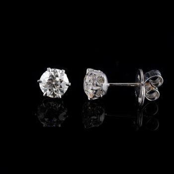 Solitair diamond earstuds by Ans Hemke-Kuilboer