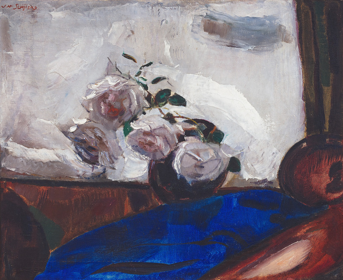 Stilleven met rozen tegen hardblauwe ondergrond, ca. 1925 by Jan Sluijters
