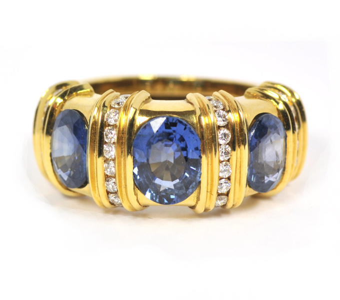 Sapphire in yellow gold with brilliant cut diamonds by Puck Eigenmann
