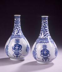 A fine pair of blue and white pear-shaped bottle vases