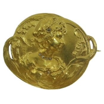 Early Art Nouveau gold brooch depicting love in springtime by Unknown Artist